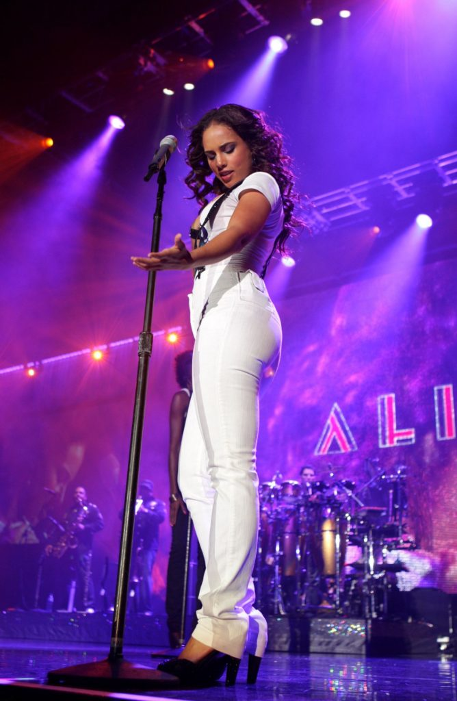 Alicia Keys Singing Pics
