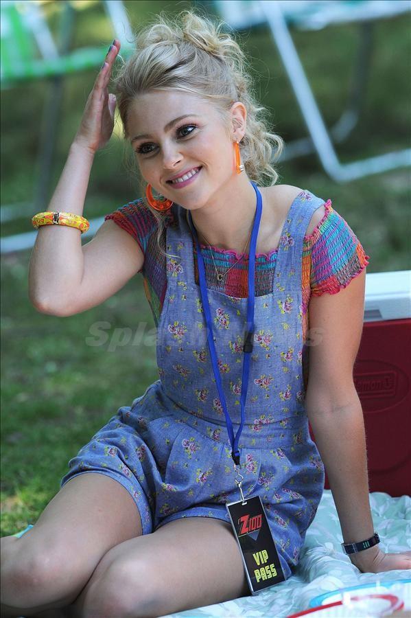 AnnaSophia Robb Undergarments Photos