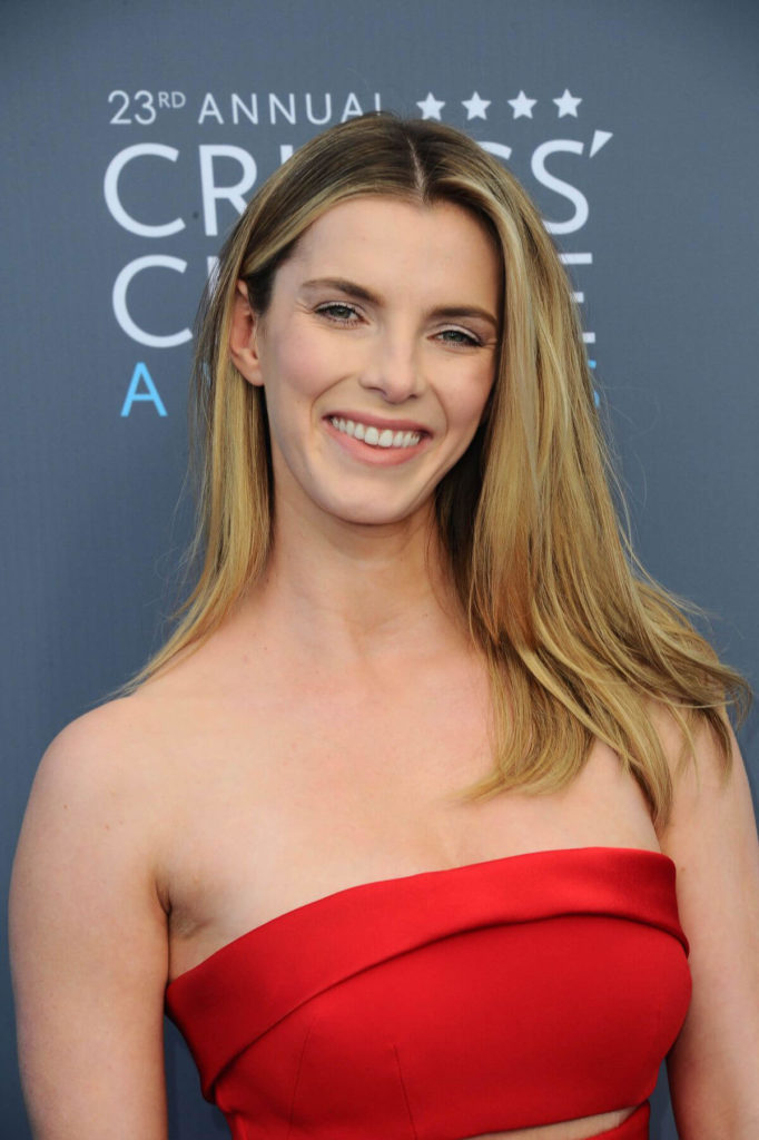 Betty Gilpin Cute Smile Wallpapers
