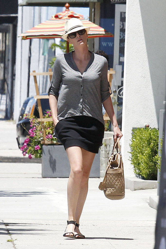 Charlize Theron Thigh Images