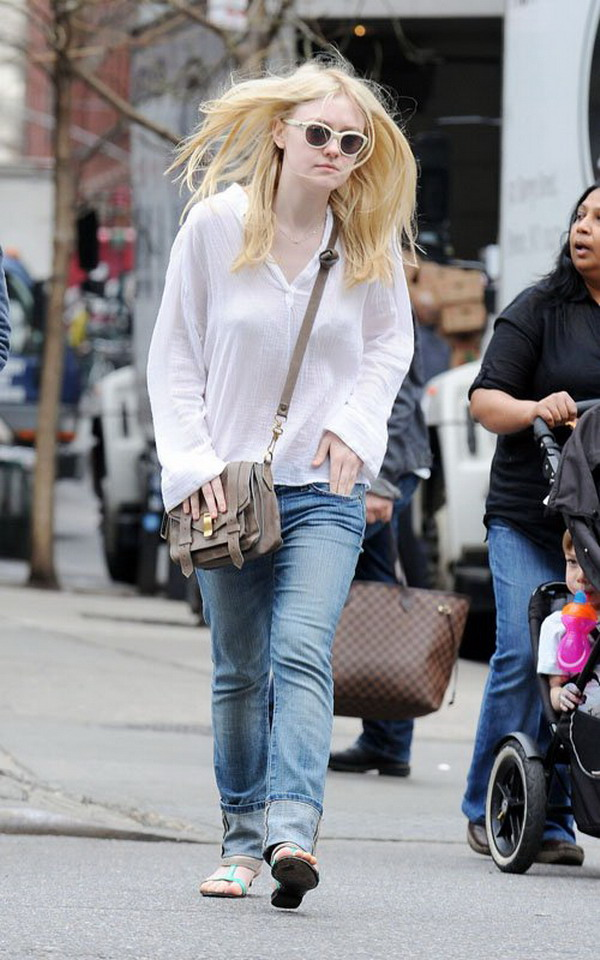 Dakota Fanning Jeans Photos