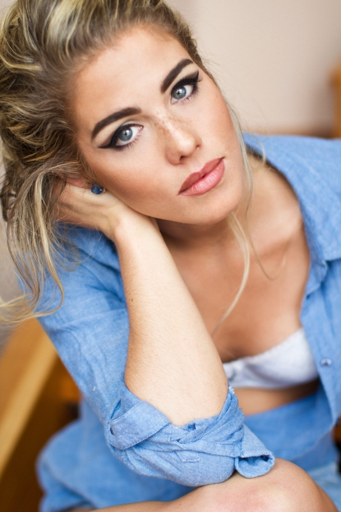 Emily Bett Rickards Leaked Pictures