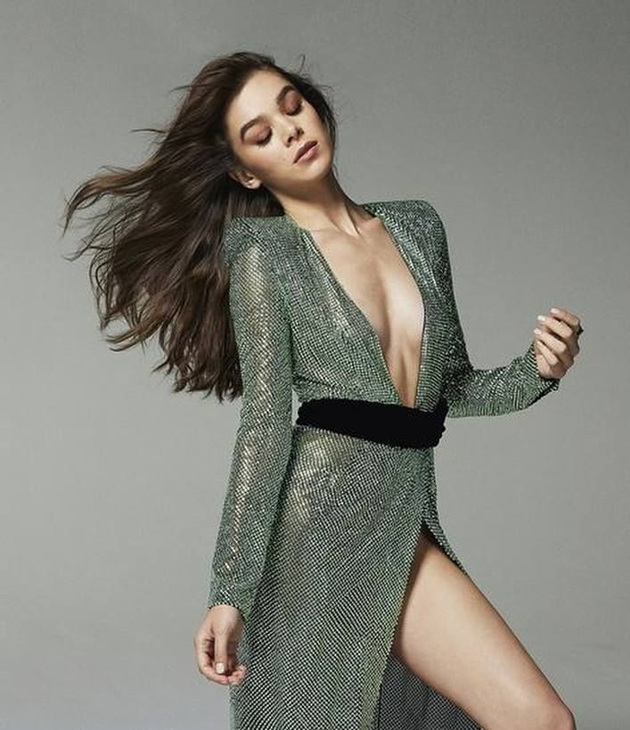 Hailee Steinfeld Thigh Images