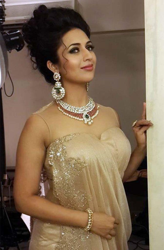 Divyanka Tripathi Hot Cleavage Pics