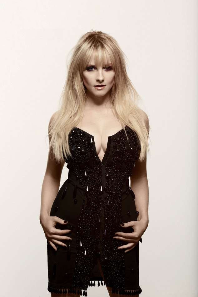 Melissa Rauch Images In Yoga Suit