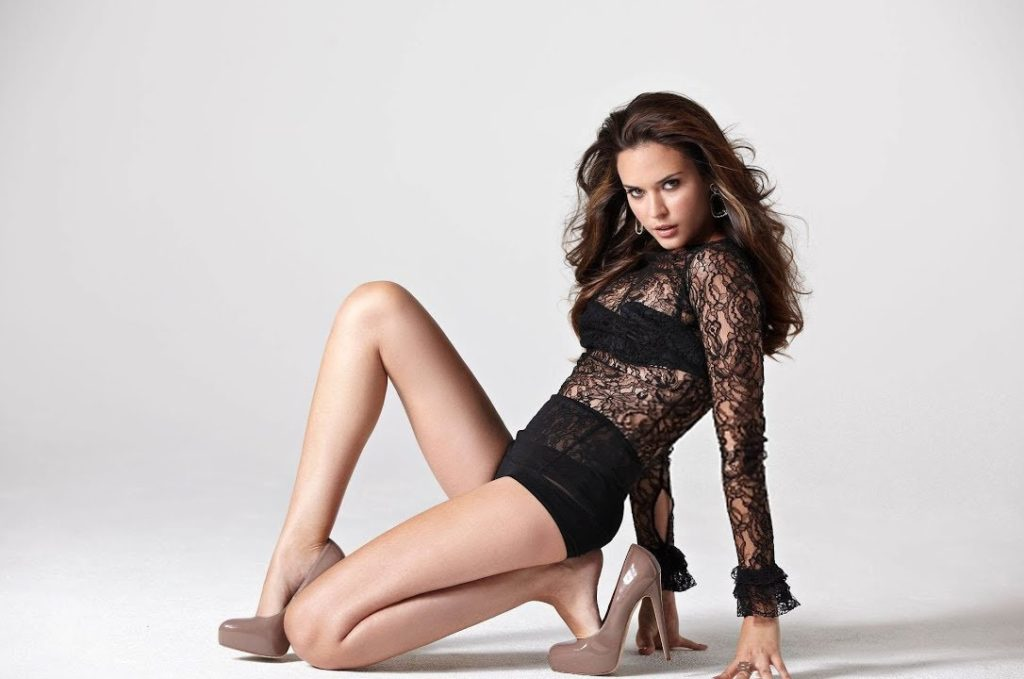 Odette Annable Sexy Thighs Pics