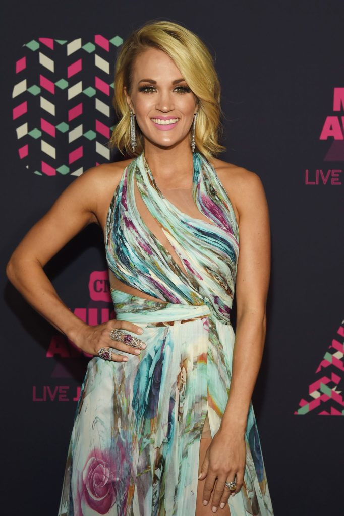 Carrie Underwood Sexy Pose Images