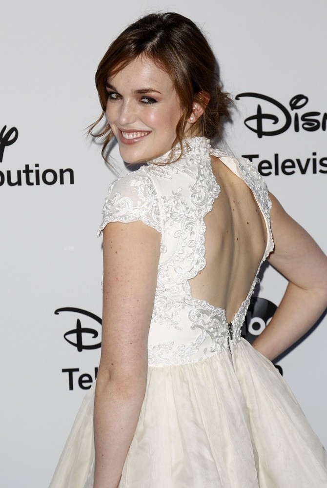 Elizabeth Henstridge Backless Clothes Images
