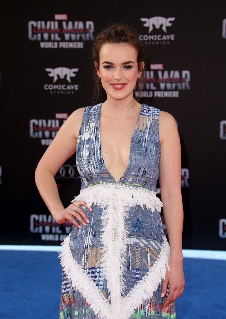 Elizabeth Henstridge Braless Photos