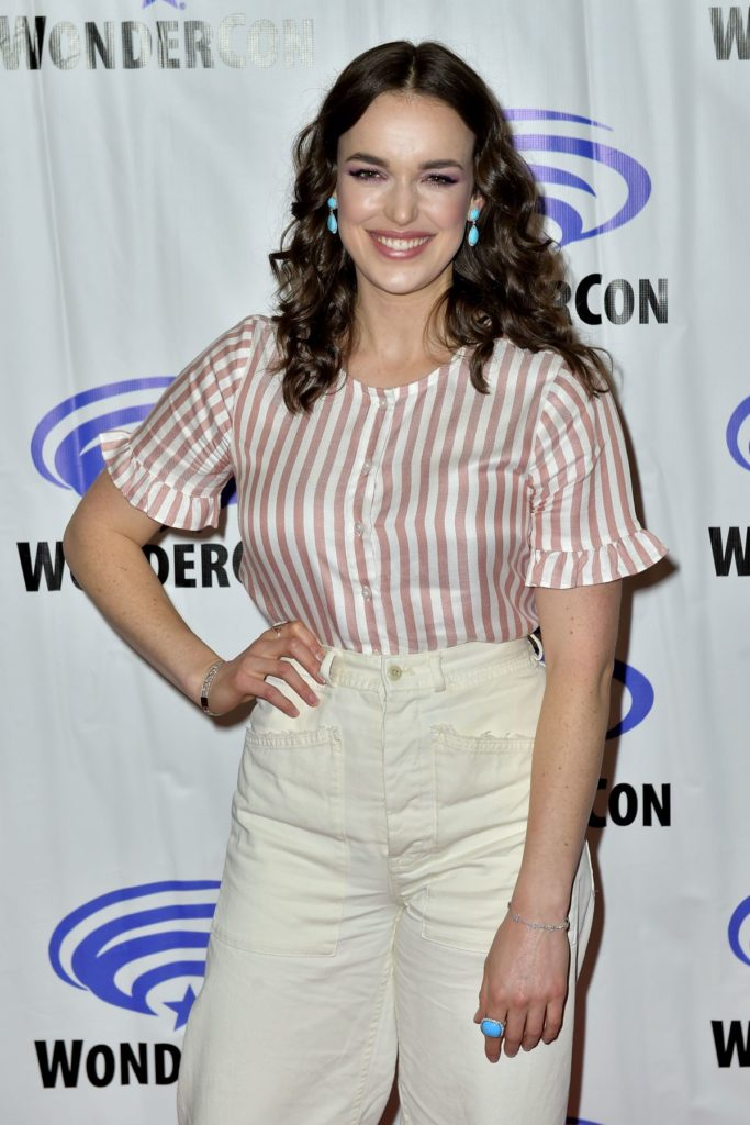 Elizabeth Henstridge Jeans Photos