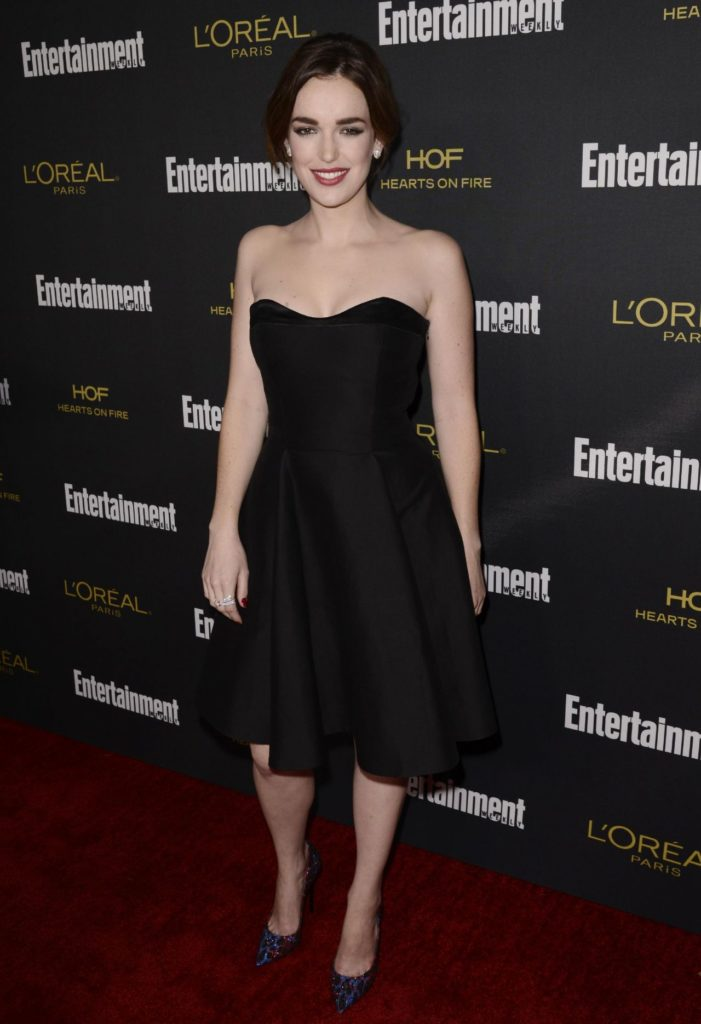 Elizabeth Henstridge Legs Photos