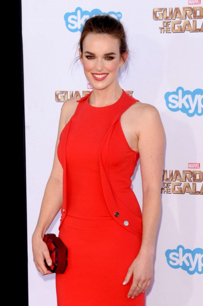 Elizabeth Henstridge Sexy Look Images