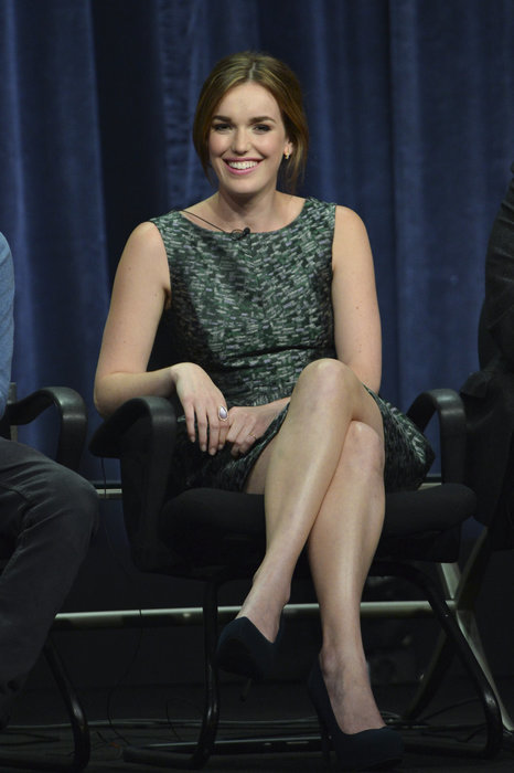 Elizabeth Henstridge Thigh Photos