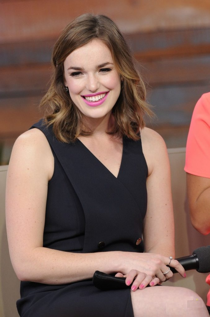 Elizabeth Henstridge Thighs Photos