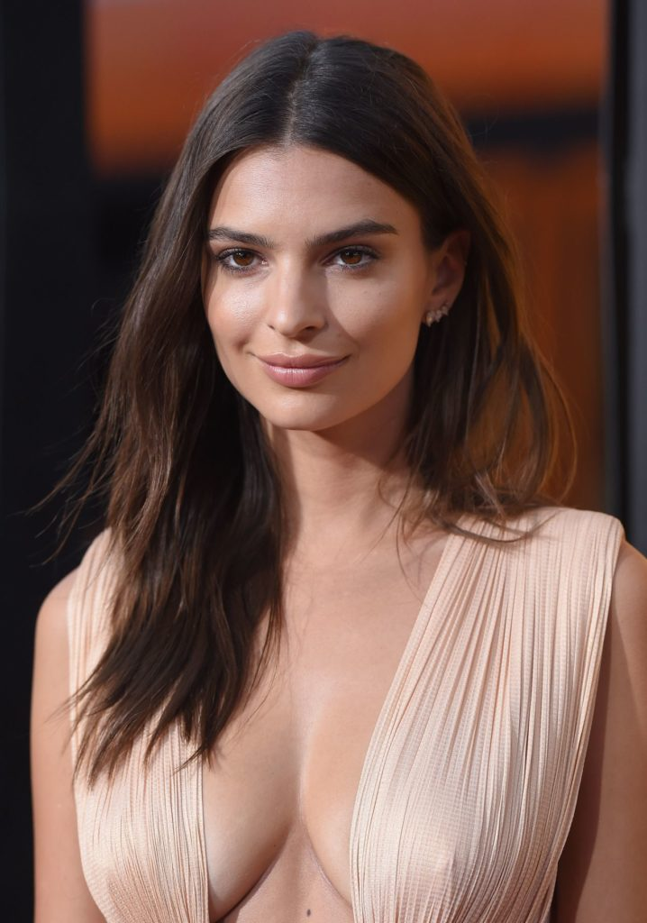 Emily Ratajkowski Without Bra Boobs Pics