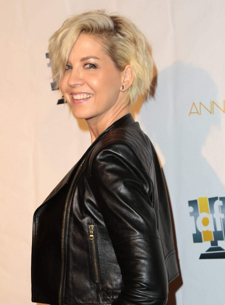Jenna Elfman Bold Photos