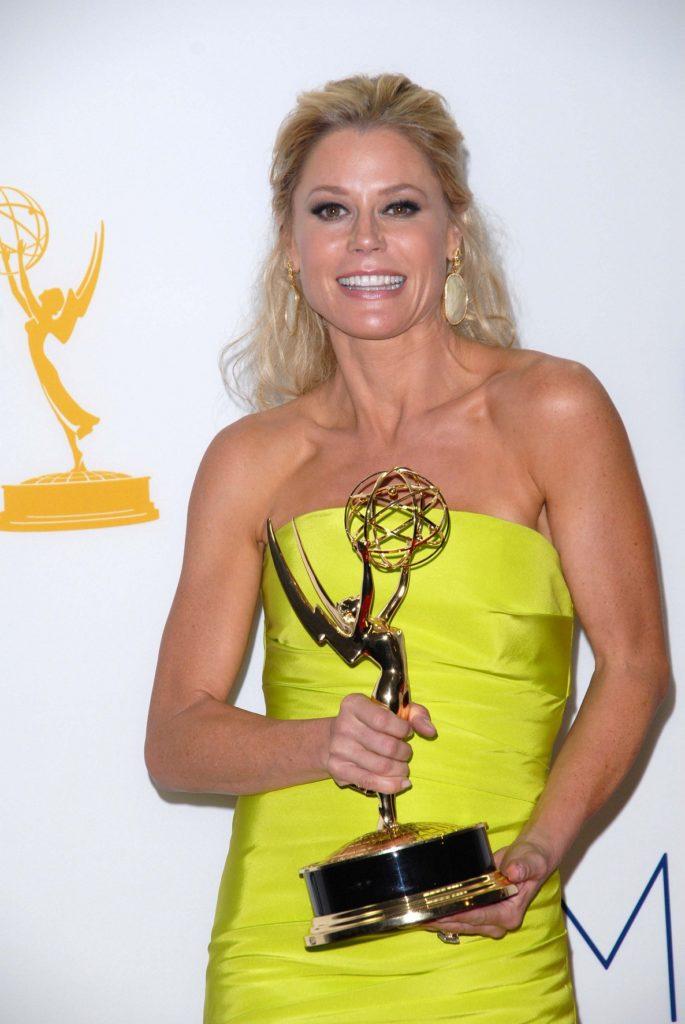 Julie-Bowen-With-Award-Pics