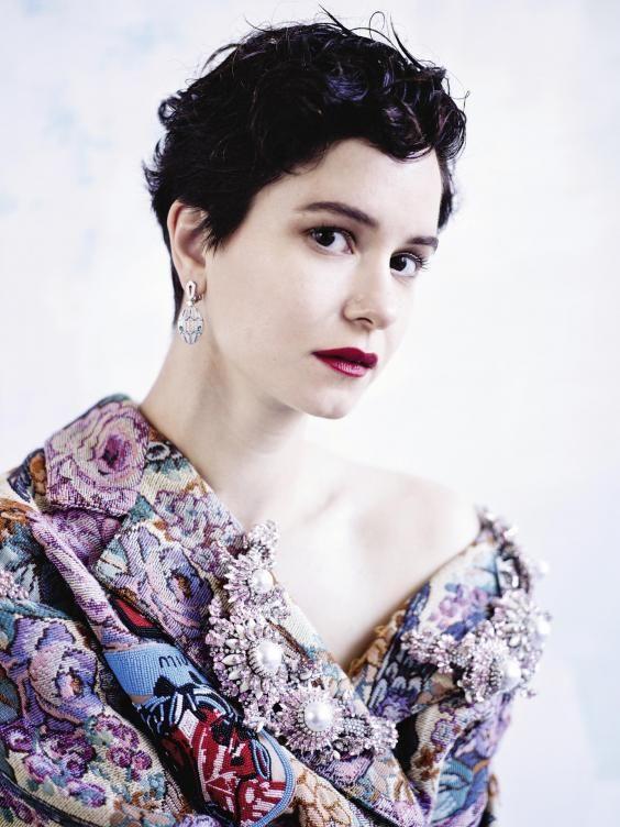 Katherine-Waterston-Cute-Pose-Pics