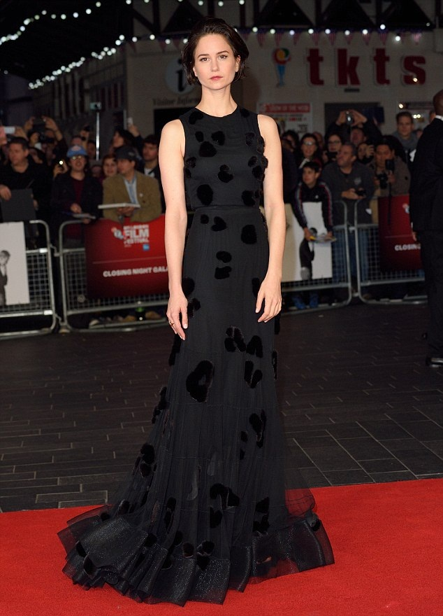 Katherine-Waterston-Gown-Wallpapers