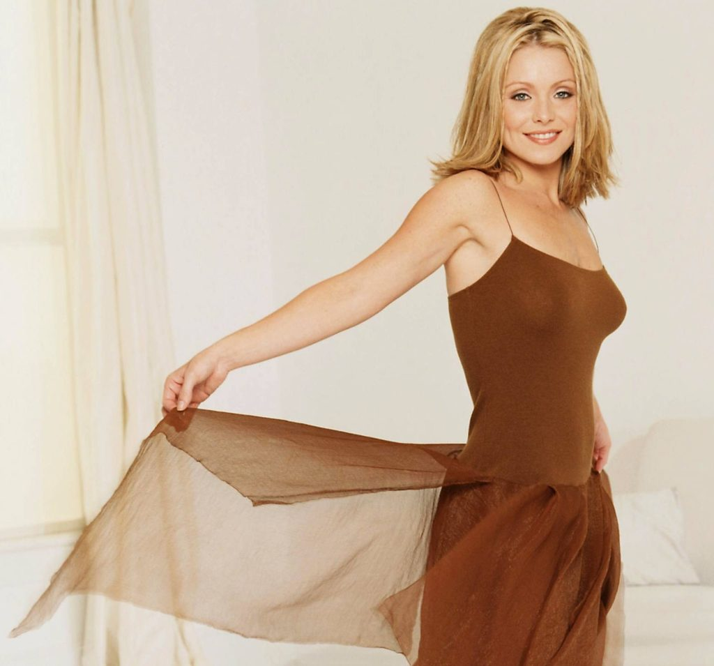 Kelly-Ripa-Braless-Pictures
