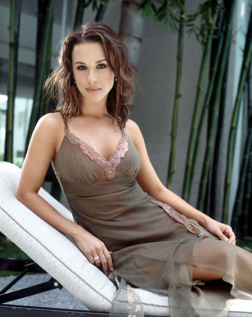 Lacey-Chabert-In-Shorts-Wallpapers