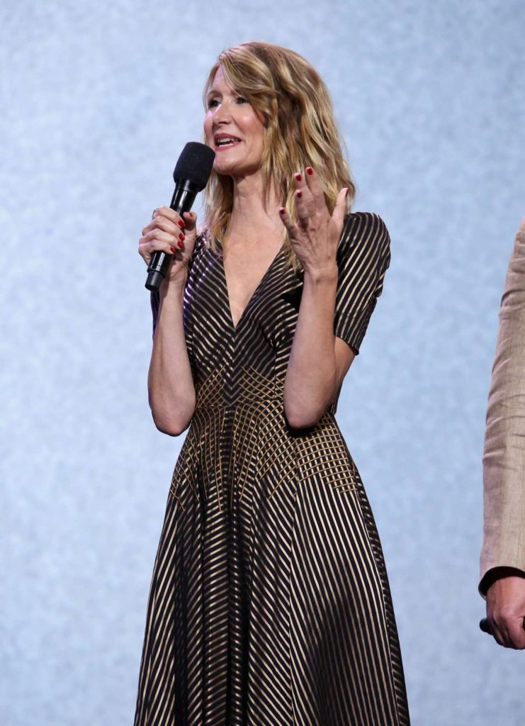Laura-Dern-Cute-Pics-On-Stage