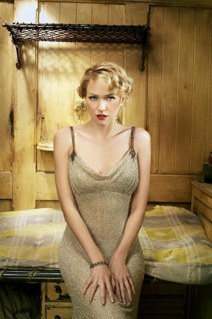 Naomi Watts Cute Pose Wallpapers