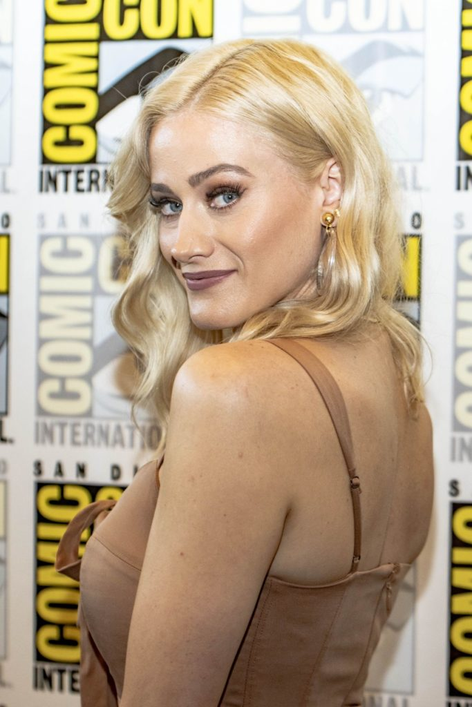 Olivia Dudley Backless Clothes Pictures