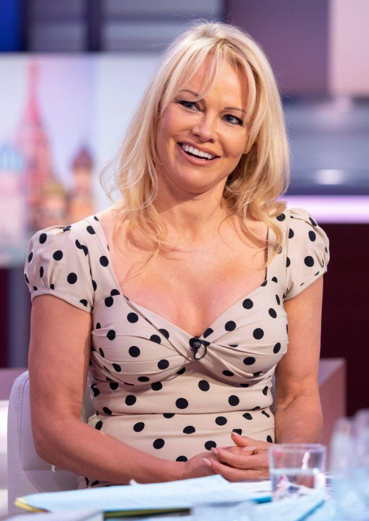 Pamela Anderson Sexy Pose Pics